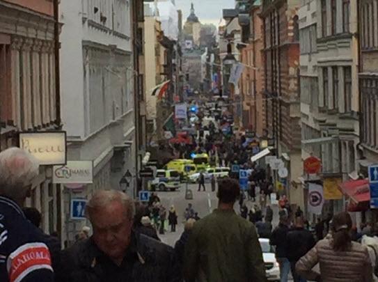 Фургон врезался втолпу людей вцентре Стокгольма, есть жертвы